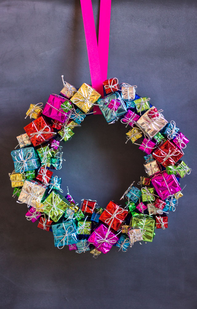 diy-christmas-present-wreath-11