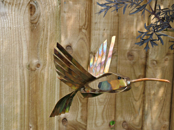 Deshca designs hummingbird