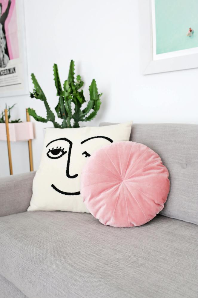 Round-Velvet-Pillow-DIY